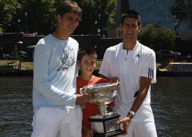 Nole ima dva brata koji takođe igraju tenis, veoma uspešno.